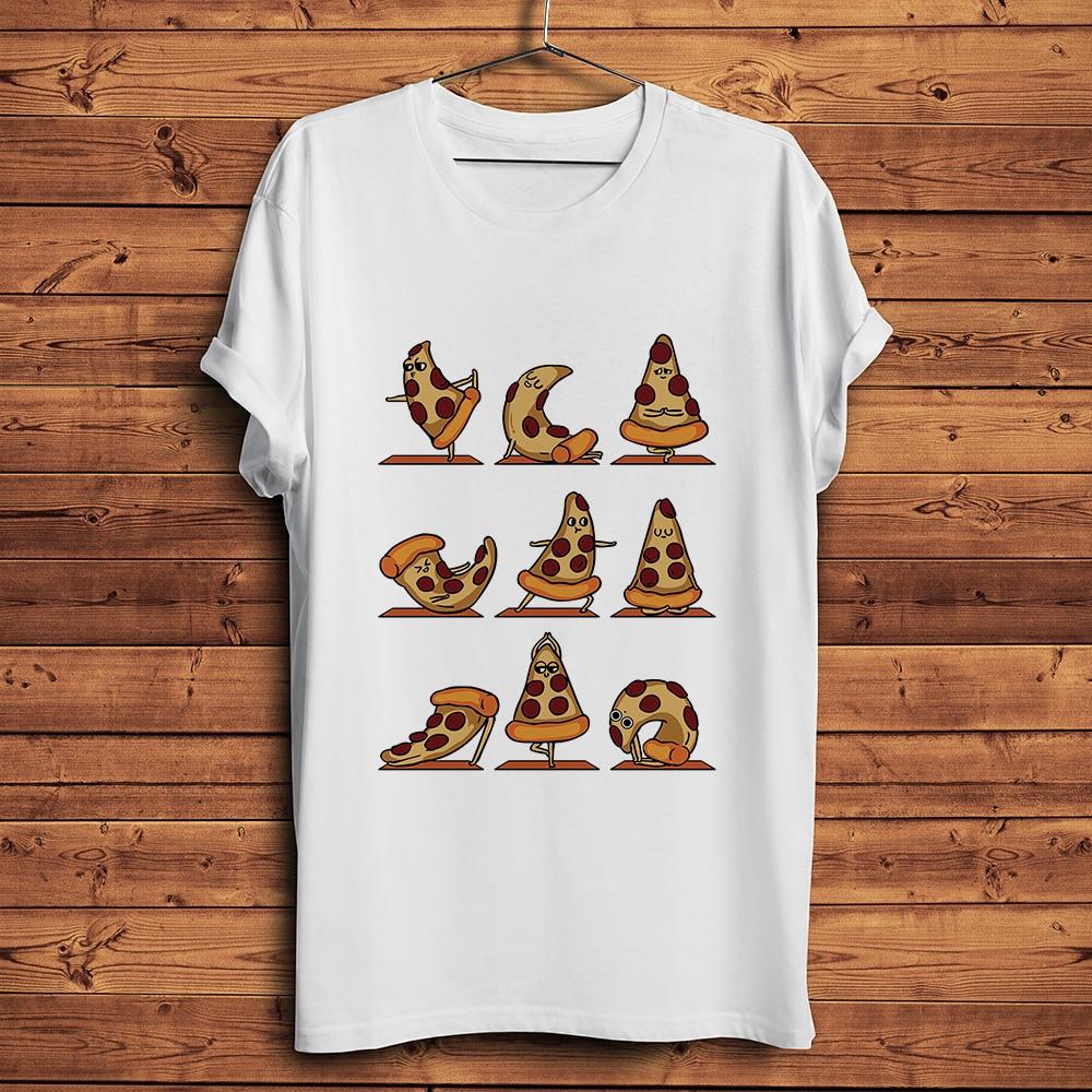 t-shirt blanc d'une pizza faisant du yoga sur fond de bois