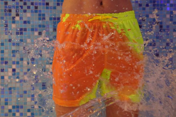 the-world-s-first-colour-changing-swimming-trunks-07-600x400