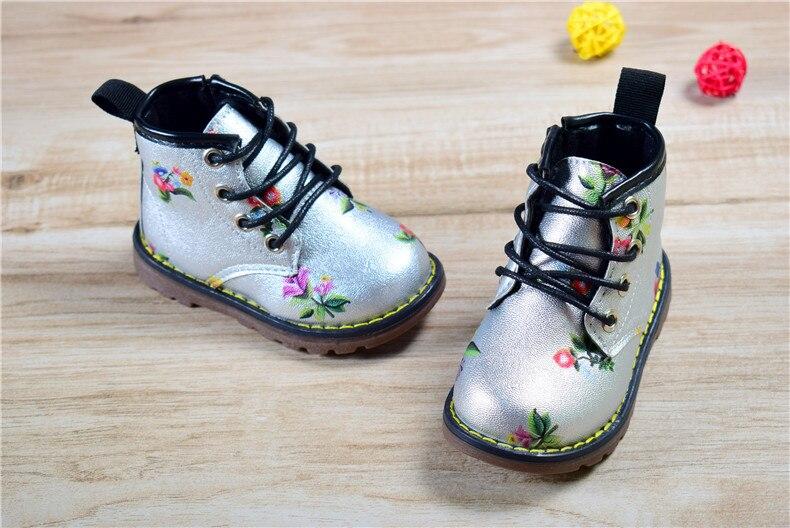 Väikeste lilledega saapad tüdrukutele
