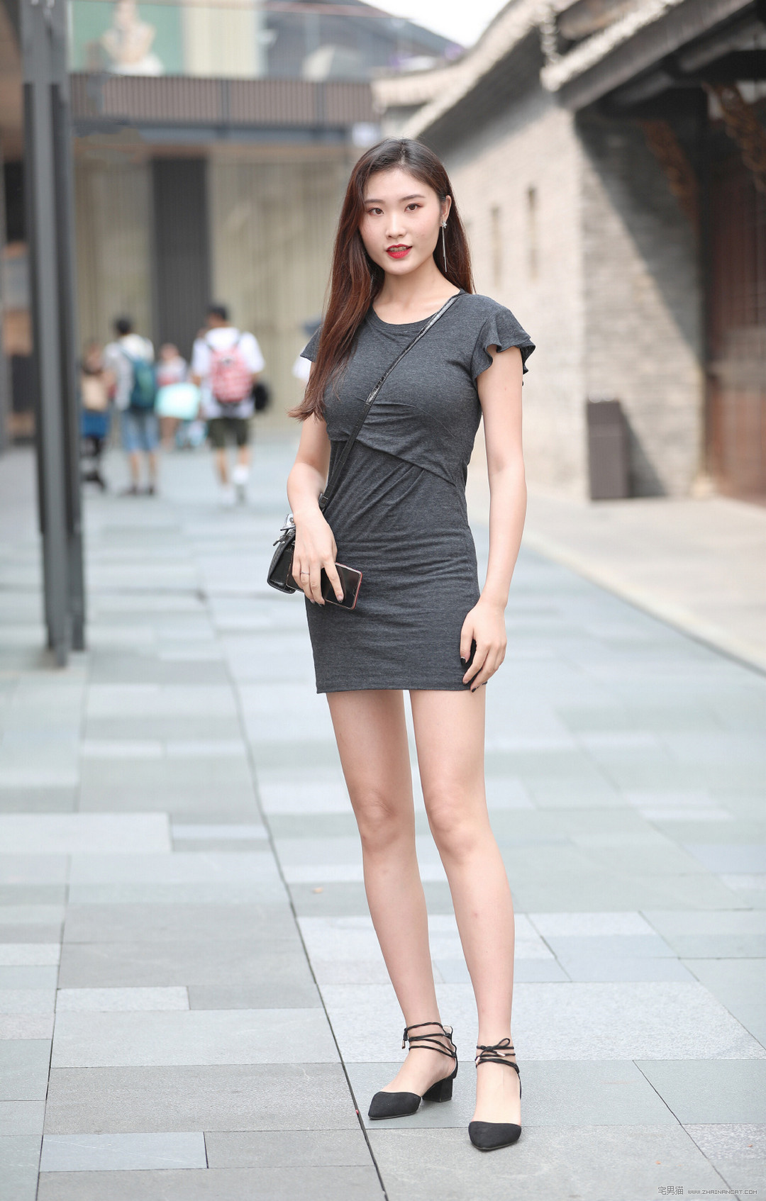 街拍:大街上遇到极品灰色包臀裙美女