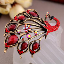LUCKY YEAR 2015 New Vintage Antique Gold Rhinestone Peacock Brooch Pin Fashion Jewelry Beautiful Big Peacock Brooch for Women