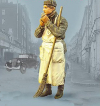 Free Shipping 1/35 Scale Unpainted Resin Figure World War II Moscow janitor collection figure