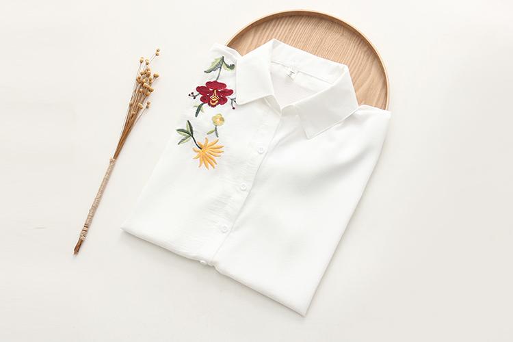 Alt seotavad valged pluusid erinevate tikanditega