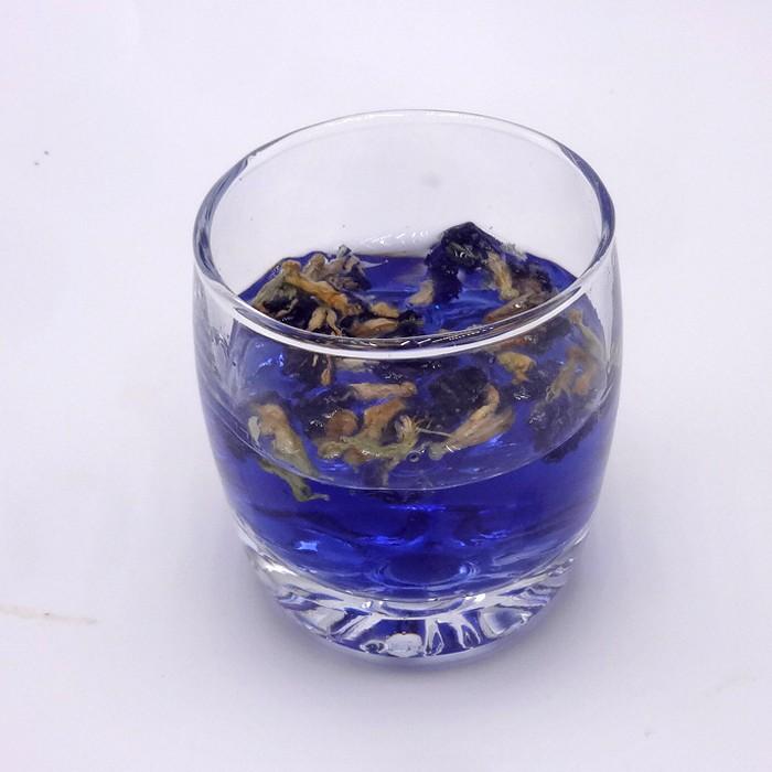 Thé pois papillon ou fleur pois bleu dans un verre | oko oko