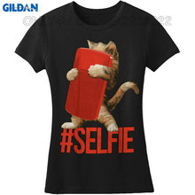 Gildan Print Logo On Shirt Short Sleeve Zomer Crew Neck Selfie With T-Rex Holding A Cellphone In Hands Taking A Selfie For Women