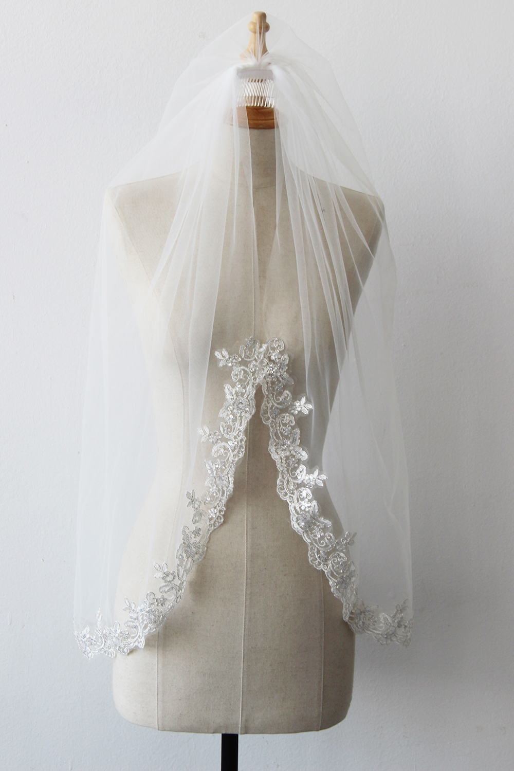 Babyonline One layer elegant Lace Applique Edge Wedding Bridal Veil With Combs