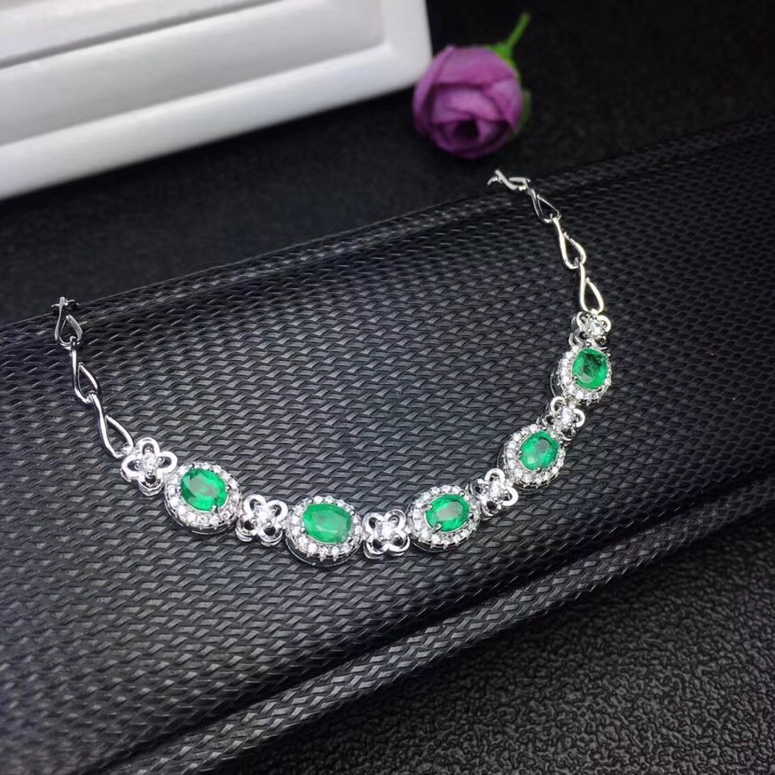 The latest designer has led the global jewelry trend. The natural emerald bracelet is 925 silver in atmosphere.