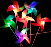 HOT Creative LED Flashing flash windmill colorful four-leaf gathering contains batteries Christmas Toys Room Dress Up(China)