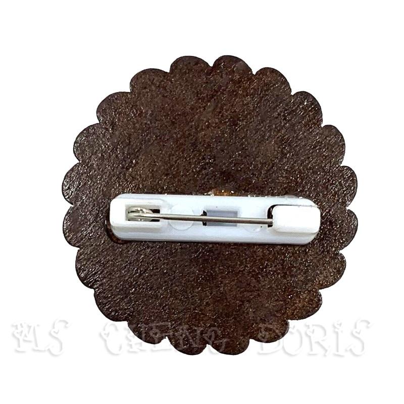 木质胸针背面