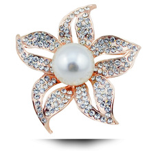 2017 New Metal Material Brooches for Women Five Flower Pearl Brooch Fashion Women's Scarf Buckle Pearl Jewelry Wedding Accessory