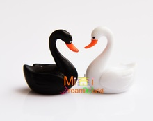 MINI Doll house Mini furniture model accessories pair of black and white swans(China)