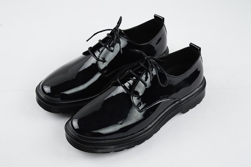 Läikivad mustad kingad