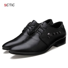 2017 New Arrival Men Dress Shoes Black Business Wedding Shoes Flats Pointed Toe Gothic Shoes Skull Pattern Metallic Dark