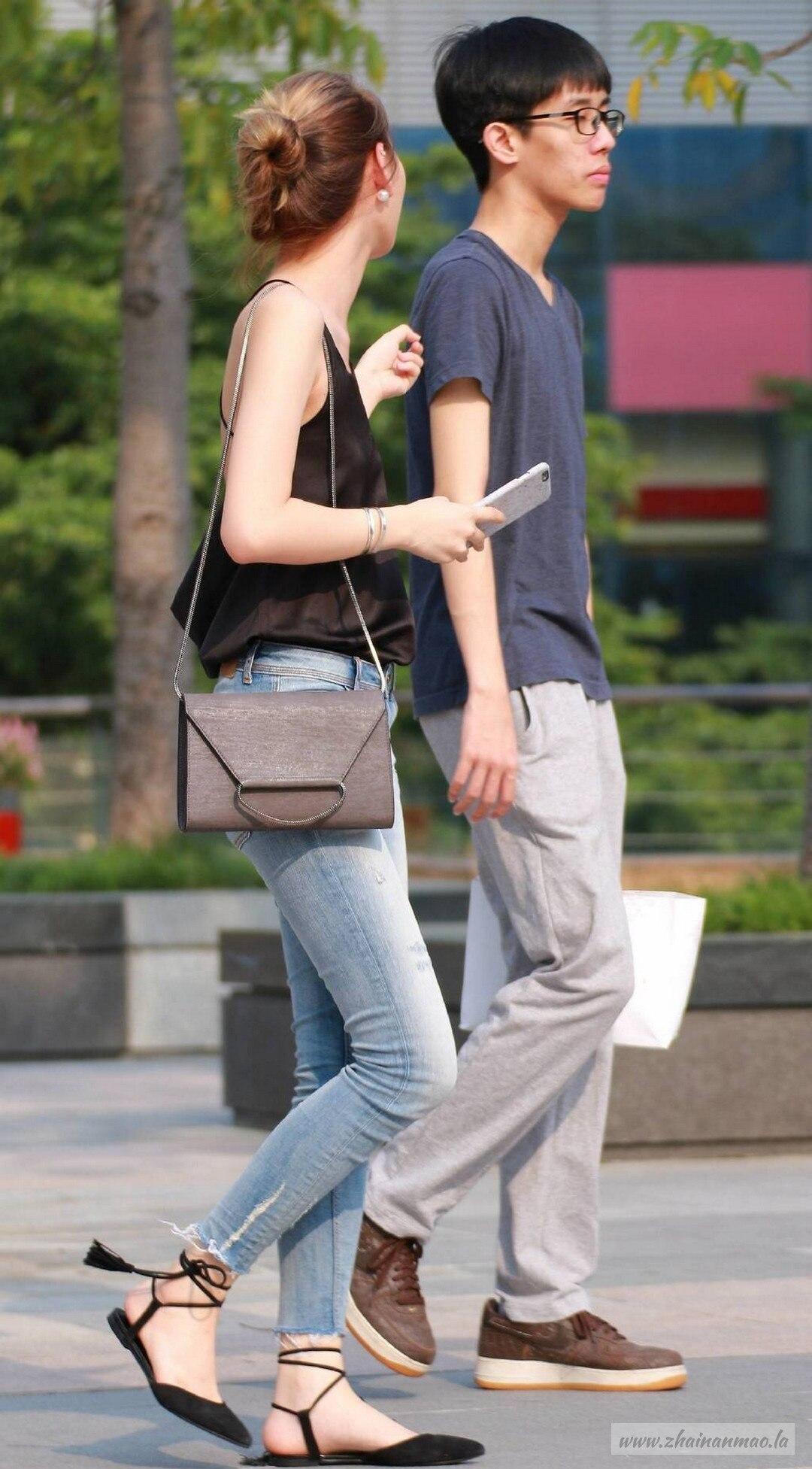街拍:小姐姐穿吊带衫大露美背!