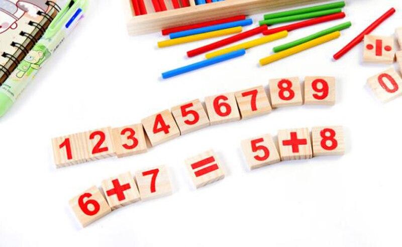 Blocos de madeira com números em vermelho.