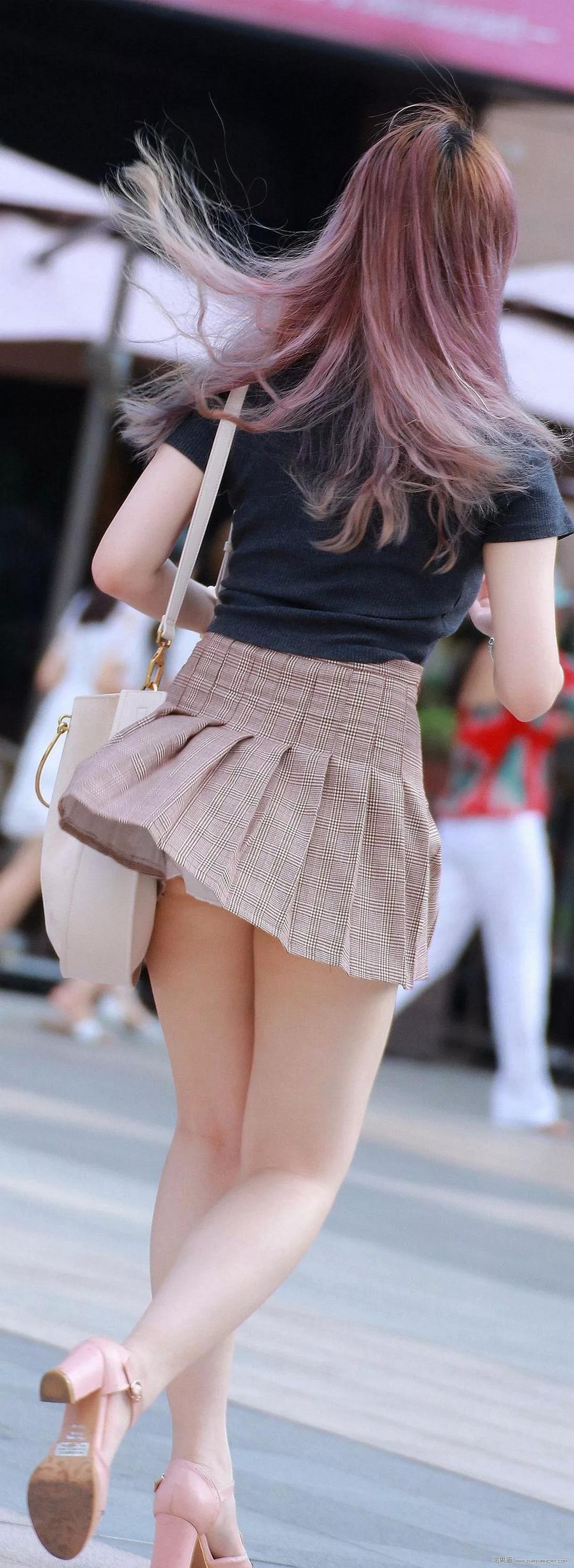 街拍:穿超短裙的性感小姐姐