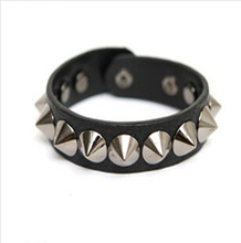 SL139 Fashion 2017 Unisex heart-shaped rivet punk leather bracelet with jewelry factory direct explosion models(China)