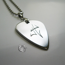 Free shipping metallica guitarist guitar hero james hetfield signature handmade stainless steel pick necklace for rock fans(China)