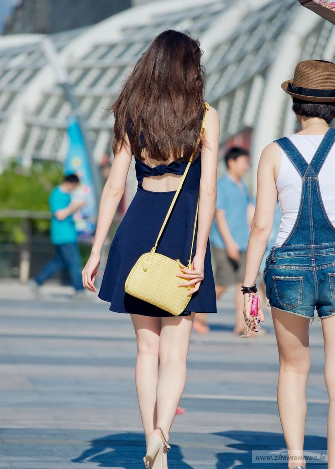 街拍:臀部很翘的长腿小姐姐