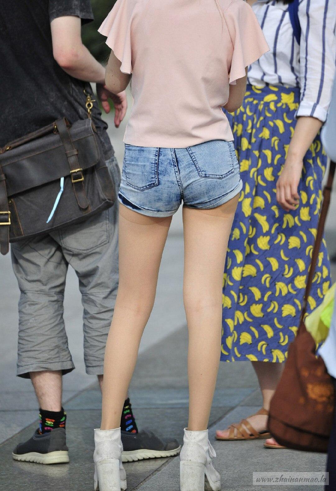 街拍:小姐姐裤子太短了,安全裤都出来了!
