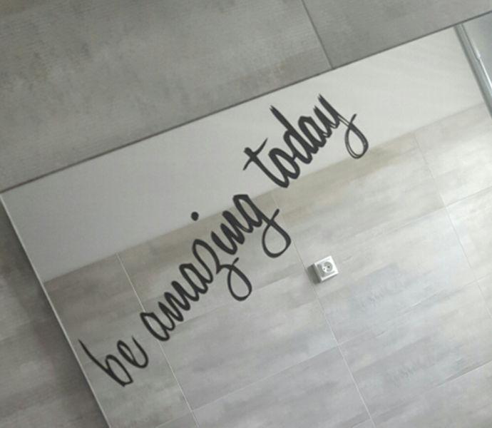 Musta värvi kirjadega seinakleepsud