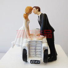 Fashion Wedding Favor Groom Bride Kiss Car Romantic Couple Figurine European Style Wedding Cake Toppers Wedding Decoration