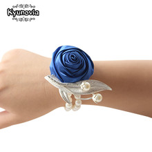 Kyunovia Custom Prom Flower Corsage Bracelet Satin Rose Wrist Corsage Bridal Hand Flower Pearl Brooch Wedding Wrist Band FE53(China)