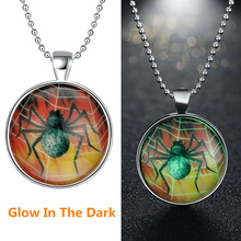 Fashion Popular Luminous Jewelry Glass Cabochon Unisex Necklace Glow In The Dark Halloween Poisonous Spider Glowing Necklace