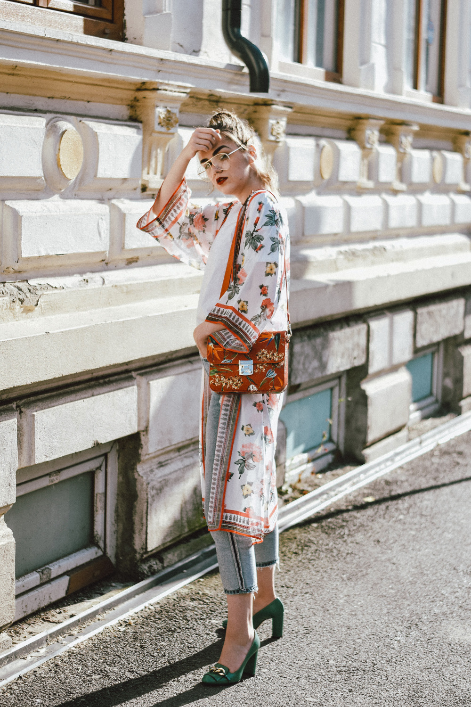 Floral-kimono-two-tone-boyfriend-jeans-green-gucci-pumps-floral-coral-bag-clear-lens-glasses-andreea-birsan-couturezilla-cute-summer-outfit-15