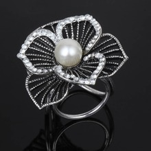 Fashion Imitation Pearl Flowers Inlaid Crystal Three Circle Brooch Pins Harajuku Corsage Scarves Buckle Folder Brooches Women