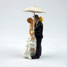 Creative Romantic Rainy Day Wedding Marriage Polyresin Figurine Wedding Cake Toppers Resin Decor Lover Gift