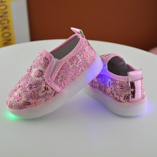 2017 New fashion style kids LED light shoes 1 - 6 years old baby boy and girl casual sport shoes glowing childre flat shoes(China)