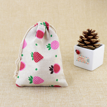 2017 New 50pcs 10x14cm Strawberry Design Cotton Bags Favor Wedding Drawstring Gift Bag Cute Jewelry Charms Watch Packaging Bags