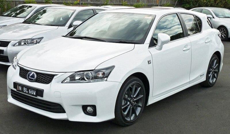 Lexus_CT_200h_(ZWA10R)_F_Sport_hatchback_(2011-04-22)_01