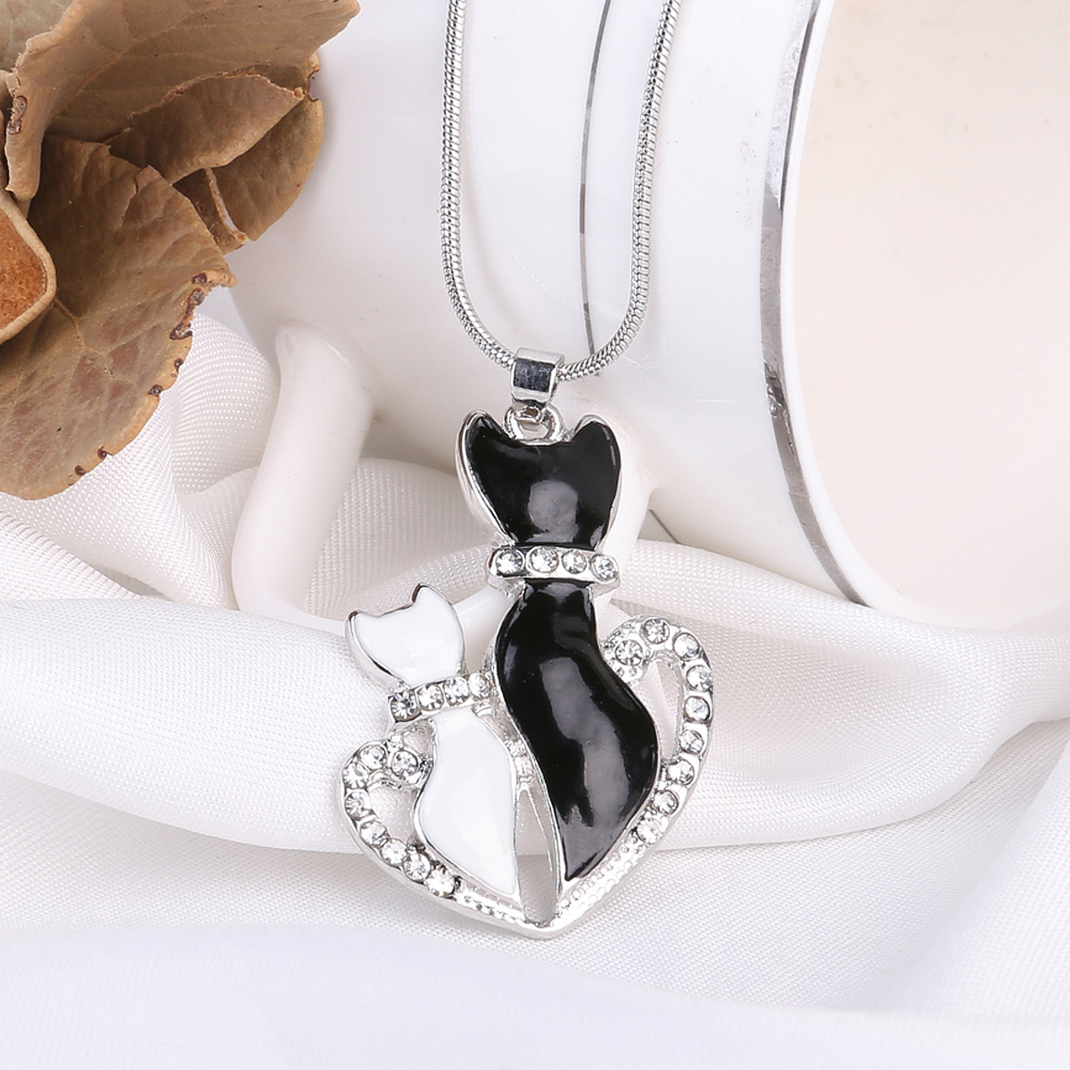 Shellhard Lovely Pet Chain Necklaces Charms Crystal Black And White Cat Love Heart Pendant Necklace For Women Jewelry Kolye