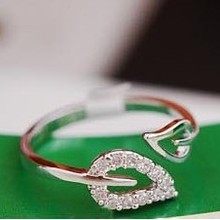 Two leaf imitation diamonds romantic retro Korean female couple rings jewelry influx of people   free shipping