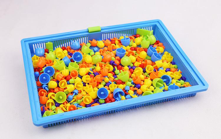 Peças coloridas do mosaico dentro do tabuleiro azul.