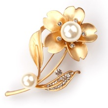 Factory Direct Sale Chic Crystal Rhinestones and Imitation Pearl Flower Brooch Pins for Lady(China)