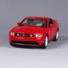 2017 Hot Sale Red Car Model Toys 1/24 Scale Alloy Diecast 2011 Ford Mustang GT Car Model For Kids Gifts   Collections