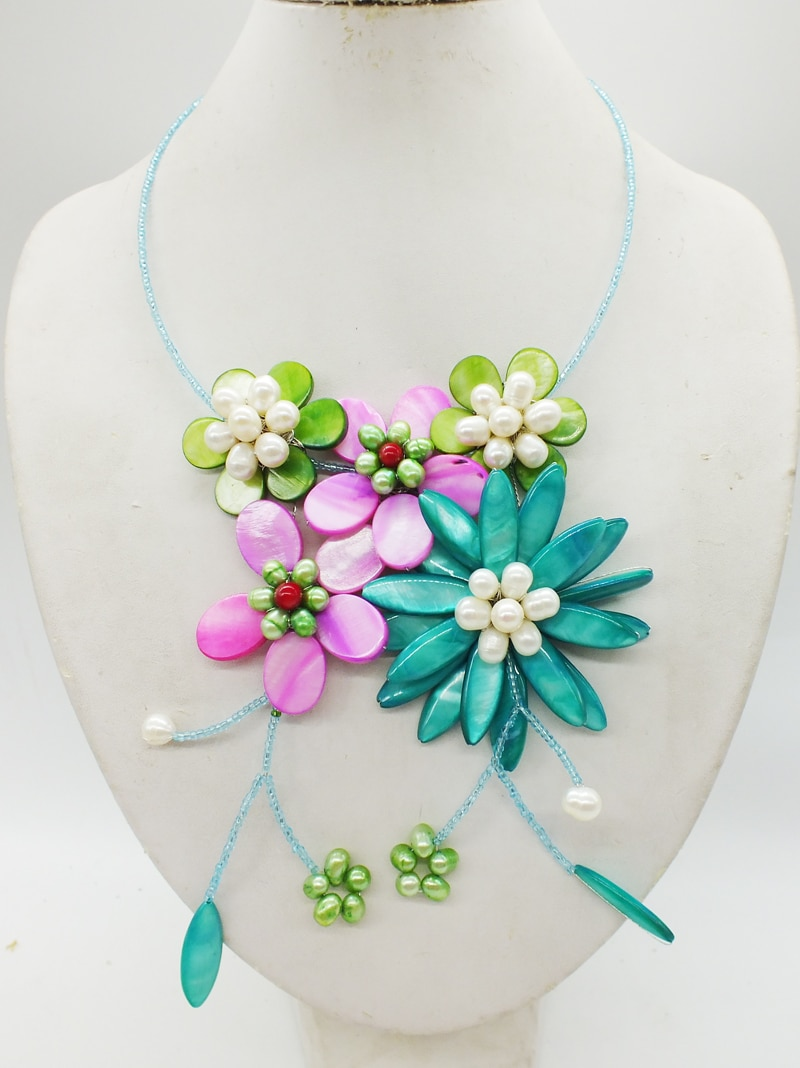 Pretty. The most popular shell pearl flower necklace