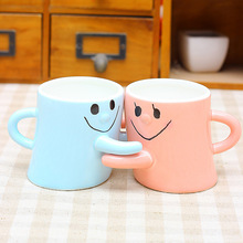 2pcs/a lot Color expression embracing couple Smiling couple hug ceramic mug Creative Valentine Wedding decoration Gift Free ship