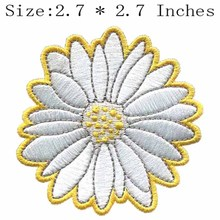 "White flower with yellow outline 2.7""wide embroidery patch for crochets ganchos/kit costura/gola bordada de renda(China)"