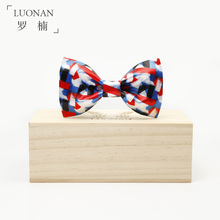 The original manual bow tie and red and blue painting artistic young groom Groomsmen presided over the wedding boom MC