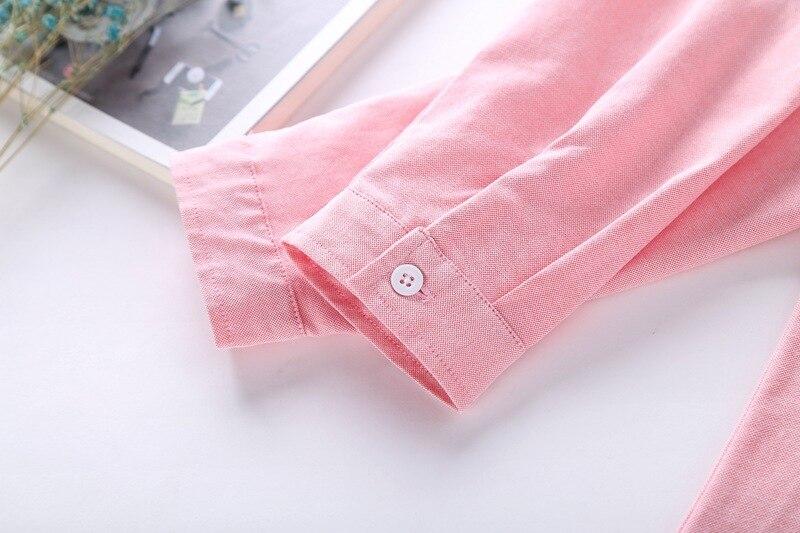 Lihtsad nööpidega pluusid heledates toonides