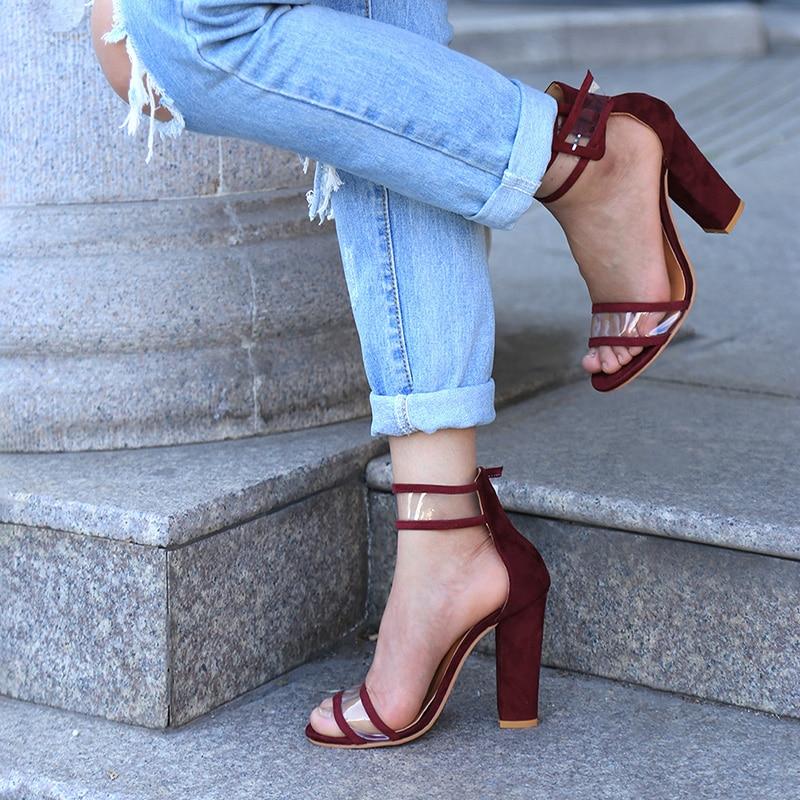Läbipaistvate detailide ja kõrgete kontsadega sandaalid