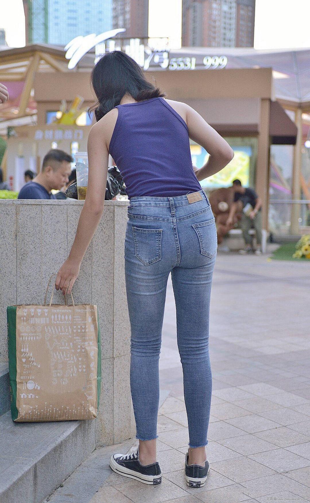 街拍:穿紧身牛仔裤的漂亮小姐姐