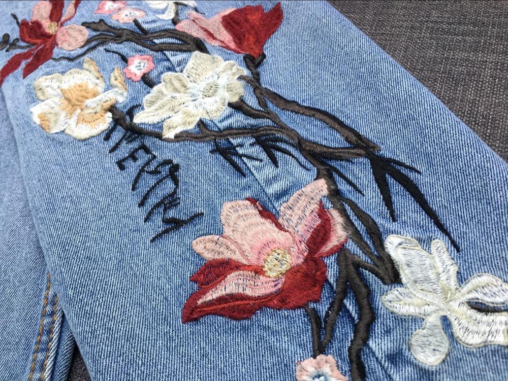 Tikitud lilledega helesinised teksased