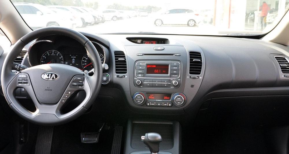 Kia-Forte-2015-interior-2-s