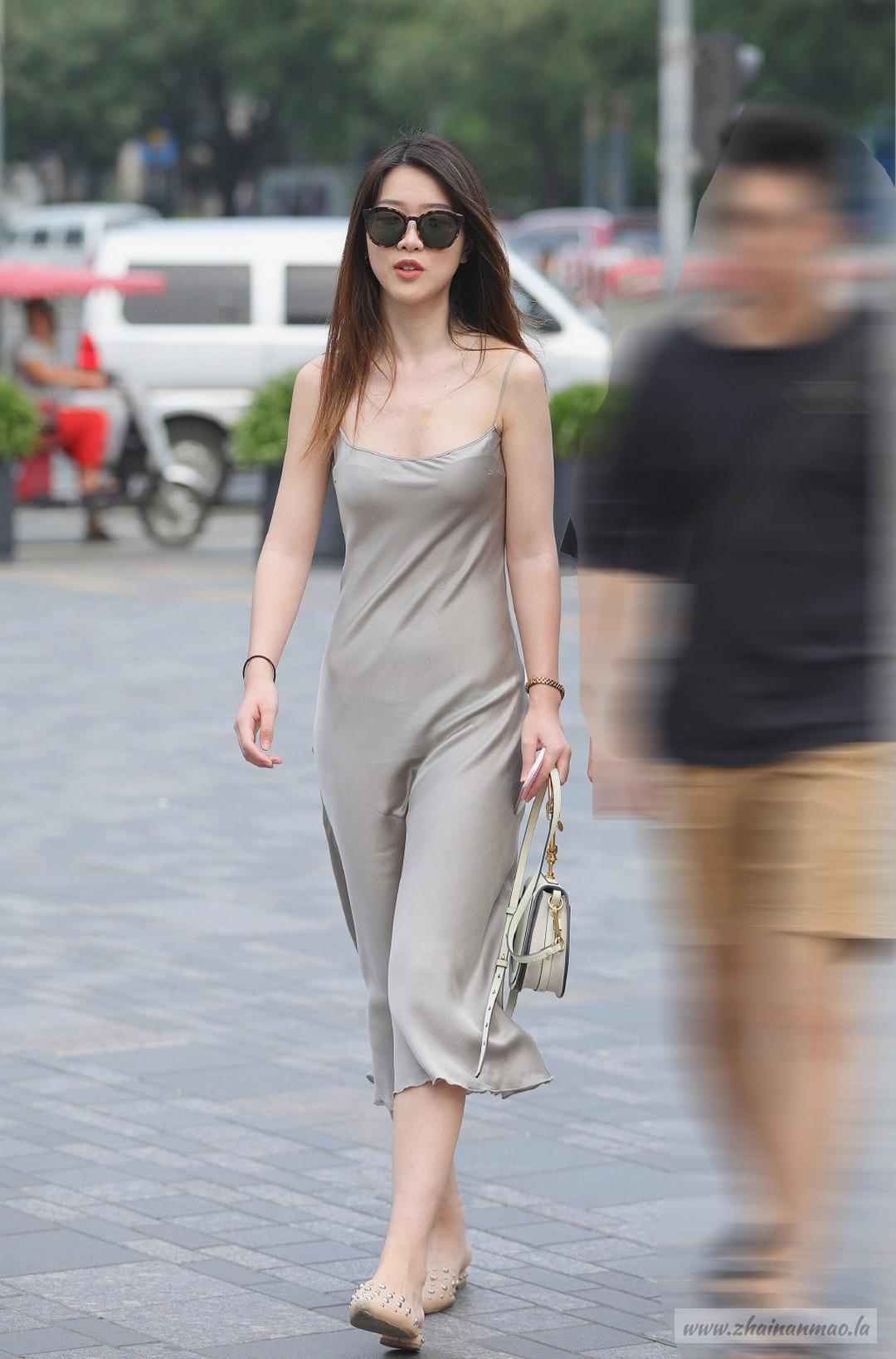 街拍:丝滑美女好身段隐约可见丁字裤
