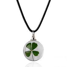 The new 2016 four-leaf clover four-leaf clover pendant necklace glass dried flowers symbolize the arrival of happiness